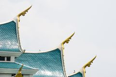 """Finials pequenos que projetam-se fora cantos do †lateral """"do telhado de frontão azul, representando as cabeças do naga imagens de stock"""