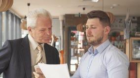 Fininshes supérieurs d'homme d'affaires à parler au téléphone au café