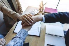 Finissant une réunion, poignée de main d'équipe heureuse des affaires deux à l'arrière images libres de droits