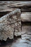 Finissez le grain du bois de construction entaillé dans le faisceau en bois de mur photos libres de droits
