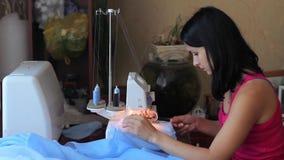Finitions de couture de belle femme Actionné par l'overlock ciseaux clips vidéos