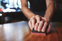 Finitura del piano d'appoggio con una sabbiatrice Fotografia Stock