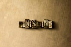 FINITURA - il primo piano dell'annata grungy ha composto la parola sul contesto del metallo immagine stock