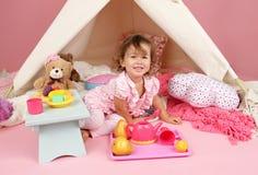 Finja o tea party do jogo em casa com uma barraca da tenda Fotografia de Stock Royalty Free