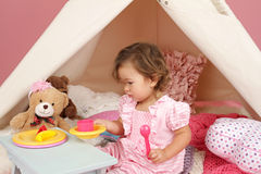 Finja o tea party do jogo em casa com uma barraca da tenda Imagens de Stock Royalty Free