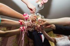Finka av exponeringsglas på bröllopet Bröllopgäster som dricker champag royaltyfria foton