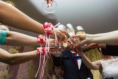 Finka av exponeringsglas på bröllopet Bröllopgäster som dricker champag arkivbilder