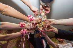 Finka av exponeringsglas på bröllopet Bröllopgäster som dricker champag arkivfoto