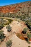 Finke-Fluss, der in Richtung zu Glen Helen Gorge kurvt stockfotos