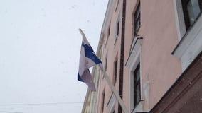 Finland flagga på vintern stock video