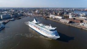 Finland, Helsinki De avond van de zomer Het schip, de witte voering van de cruisepassagier, verlaat de stadshaven Panorama van he stock foto