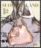 FINLAND - 2009: visar handväskan vid Lumi, serie finlandssvenskt mode Arkivbilder