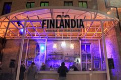 Finlandia伏特加酒酒吧的未认出的人在室外街道Foo 免版税图库摄影