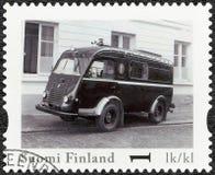 FINLANDIA - 2013: demostraciones Renault Goelette Rikostutkimusauto, coche policía clásico oficial del vintage de Finlandia de la Imagen de archivo