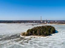 Finlandia Espoo, Suomenoja marina z łodziami na ziemi przy zima magazynem, elektrownia w tylnej i małej wyspie obrazy royalty free