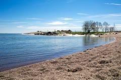 Finlandia, início do verão de Hanko Vista cênico do mar Báltico, e azul fotos de stock royalty free