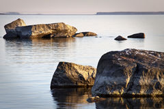 Finlandia: Línea de la playa rocosa Fotos de archivo libres de regalías