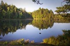 Finlandia: Lago tranquilo en verano Fotos de archivo libres de regalías