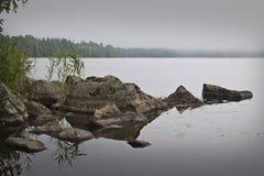 Finlandia: Manhã nevoenta por um lago Imagem de Stock Royalty Free