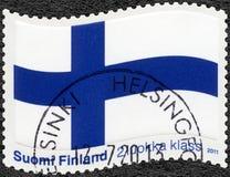 FINLANDIA - 2011: mostra a bandeira finlandesa, a bandeira transversal azul Fotografia de Stock Royalty Free