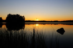 Finlandia: Por do sol por um lago Fotografia de Stock