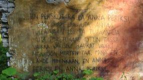 Finlandssvensk scripture på väggen i djup skog royaltyfri foto