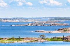 Finlandssvensk skärgård med ljust blått vatten Royaltyfri Bild