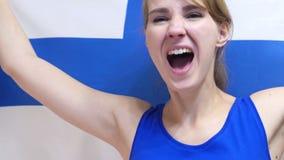 Finlandssvensk ung kvinna som firar, medan rymma flaggan av Finland i ultrarapid lager videofilmer