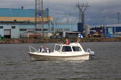 Finlandssvenskt vitt motoriskt fartyg i vattenområdet av ‹för †porten av Kotka royaltyfri bild