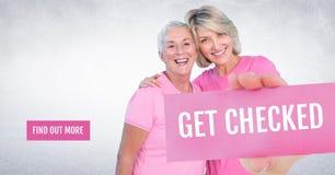 Finna mer knapp med Get kontrollerade ut text och handen det hållande kortet med rosa bröstcancermedvetenhet w Royaltyfria Foton