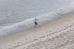 Finna skatten på stranden Arkivfoton