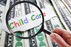 Finna som man har råd med barnavård arkivfoto