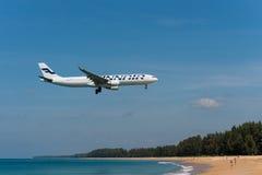 Finnair Airbus 330 ląduje przy Phuket lotniskiem Zdjęcie Royalty Free