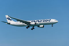 Finnair Airbus 330 que aterra no aeroporto de phuket Imagens de Stock
