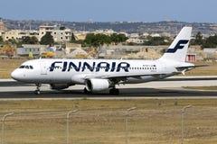 Finnair A320, das Schutzblech herausnimmt Stockfoto