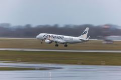 Finnair flygplanlandning på den dusseldorf flygplatsen Tyskland arkivfoto