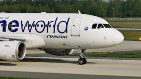 Finnair Oneworld que hace el taxi en el aeropuerto de Francfort, FRA metrajes