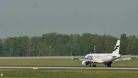 Finnair Oneworld que hace el taxi en el aeropuerto de Francfort, FRA almacen de video