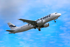 Finnair-` s Flugzeug, das Vantaa-Flughafen startet Lizenzfreie Stockfotografie