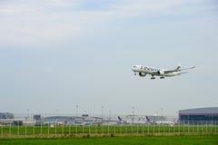 finnairflygplanlandning till landningsbanor på den internationella flygplatsen för suvarnabhumi i Bangkok, Thailand arkivfoto
