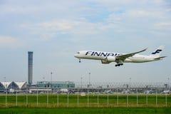 finnairflygplanlandning till landningsbanor på den internationella flygplatsen för suvarnabhumi i Bangkok, Thailand royaltyfri foto
