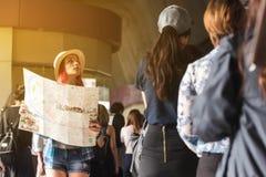 Finner turist- borttappat för västerlänning i stad bland fullsatt i station en w fotografering för bildbyråer