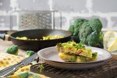 Finnis, ομελέτα με το μπρόκολο, farel, τις πατάτες και τα κρεμμύδια Αγροτικό ύφος Στοκ φωτογραφία με δικαίωμα ελεύθερης χρήσης