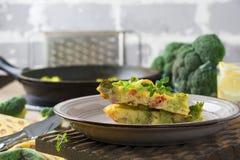 Finnis, omelet met broccoli, farel, aardappels en uien Rustieke stijl Stock Foto's