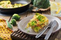 Finnis, omelet met broccoli, farel, aardappels en uien Rustieke stijl Royalty-vrije Stock Foto