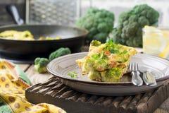Finnis, omelet met broccoli, farel, aardappels en uien Rustieke stijl Royalty-vrije Stock Afbeelding