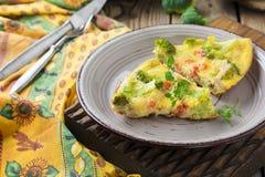 Finnis, omeleta com brócolis, farel, batatas e cebolas Estilo rústico Imagens de Stock