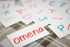 Finnisch; Lernen des neuen Wortes mit den Alphabet-Karten; Schreiben lizenzfreies stockfoto