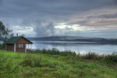 Finnisch-russische Dorfsauna auf der Flussbank stockbilder