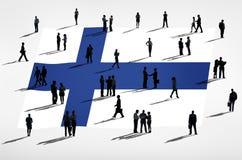 Finnische Flagge und eine Gruppe von Personen Stockbild